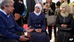 Le secrétaire-général de l'ONU Antonio Guterres parle à des réfugiés syriens dans un camp situé dans le nord de la Jordanie, le 28 mars 2017.