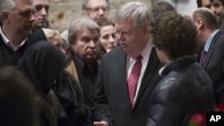 Джон Теффт разговаривает с родственниками Бориса Немцова во время церемонии прощания. Россия, Москва, 3 марта 2015.