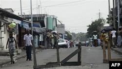 Một con đường bị chặn ở Abidjan, Bờ Biển Ngà, 17/12/2010