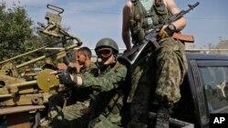 9月7日顿涅茨克的亲俄分离分子手持重机枪坐在汽车上