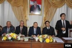 O'zbekistonning Dushanbedagi diplomatlari Tojikistondagi fuqarolarga 22-dekabrda vatandagi saylovlarda qanday qatnashishi mumkinligini tushuntirmoqda