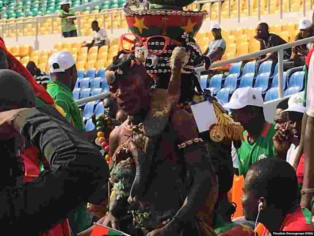 Des fans burkinabé en costume traditionnel au stade de l'Amitié, à Libreville, Gabon, 28 janvier 2017. (VOA/Timothée Donangmaye)