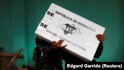 Un grupo de soldados descarga el material electoral para su distribución en los colegios electorales antes de los comicios presidenciales en Tegucigalpa, Honduras. 25 noviembre 2017.