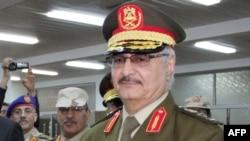 Le général anti-islamiste libyen Khalifa Haftar lors de la cérémonie de son investiture en tant que nouveau chef de l'armée nationale libyenne, Tobrouk, 15 mars 2015.