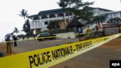 La police ivoirienne a bouclé une zone à l'extérieur de l'hôtel «Etoile du Sud» à Grand Bassam, Côte-d'Ivoire, 14 mars 2016. epa/ LEGNAN KOULA