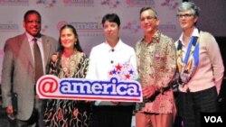 Bidan Robin Lim (kedua dari kiri) berfoto bersama Dawn L.Mc.Call (baju putih) dan Duta Besar AS untuk Indonesia, Scot Marciel (kedua dari kanan).