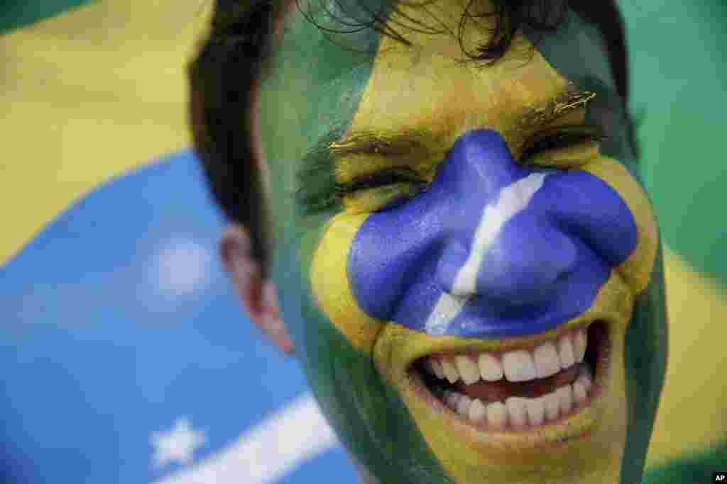 4일 브라질 월드컵 8강전 브라질 대 콜롬비아의 경기가 열리는 포르탈레자에서 브라질을 응원하는 팬.