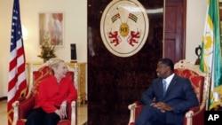 Le président togolais Faure Gnassingbé reçoit la secrétaire d'Etat américaine Hillary Clinton à Lomé, le 17 janvier 2012