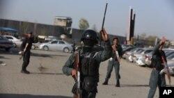 Рабоники правоохранительных органов у места взрыва в Кабуле. Афганистан. 12 апреля 2017 г.