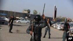 نیروهای امنیتی افغانستان در نزدیکی محل انفجار انتحاری در مرکز کابل که منجر به مرگ پنج نفر شد - ۲۳ فروردین ۱۳۹۶