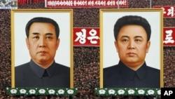 지난 4월 북한 평양에서 한국 이명박 정부를 비난하는 집회에 등장한 김일성 주석(왼쪽)과 김정일 국방위원장의 초상화.