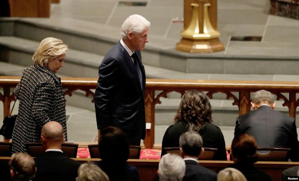 前總統克林頓和夫人希拉里在德克薩斯州休斯敦的聖馬丁主教教堂參加美國前第一夫人芭芭拉布什的葬禮(2018年4月21日)。