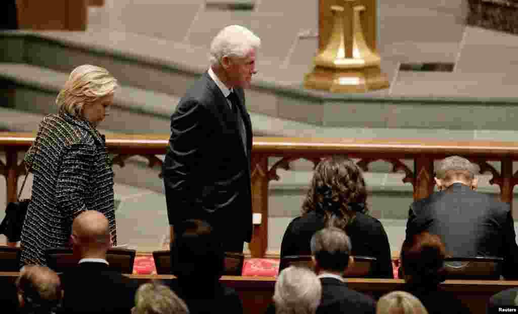L'ancienne première dame Hillary Clinton et l'ancien président Bill Clinton aux funérailles de l'ex-première dame Barbara Bush, à l'église épiscopale de St. Martin, Houston, Texas, 21 avril 2018.