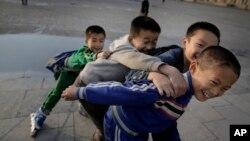 지난 10월 북한 평양의 김일성광장에서 아이들이 롤러브레이드를 타고 있다. (자료사진)