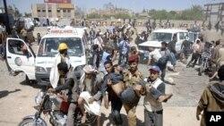 10月25号也门反政府抗议者把伤员送往临时诊所