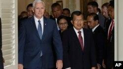美國副總統彭斯(左)在印度尼西亞雅加達會見了印度尼西亞副總統尤索卡拉(2017年4月20日)