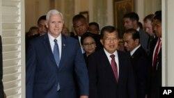 مایک پنس معاون ریاست جمهوری آمریکا و همتای اندونزیایی اش یوسف کلا در جاکارتا