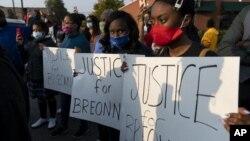 Protesti u Chicagu zbog slučaja Breonne Taylor. (Foto: Tyler LaRiviere/Chicago Sun-Times via AP)
