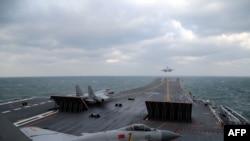 چین کے جے-15 جنگی طیارے ایک طیارہ بردار جہاز پر سے پرواز بھر رہے ہیں۔ (فائل فوٹو)