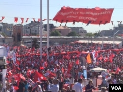 Thousands of people fill Istanbul's Taksim Square during an opposition rally July 24, 2016, condemning the failed coup attempt. Turkish President Tayyip Erdogan's supporters were also invited to join as a sign of unity. (L. Ramirez/VOA)