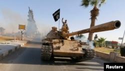 Chiến binh Nhà nước Hồi giáo diễu hành trên đường phố ở tỉnh Ragga ở miền bắc.