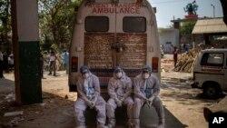 2021年4月24日印度新德里火葬場內精疲力竭的工作人員