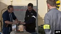 Giới chức của cơ quan điều tra tai nạn hàng không Pháp (BEA) xem xét việc xử lý thiết bị ghi dữ liệu chuyến bay, ngày 2/5/2011