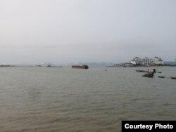 """Đảo Rều, nơi toạ lạc của khu nghỉ dưỡng Vinpearl Hạ Long (bên phải), giờ chỉ còn cách """"đất liền"""" mấy chục mét, so với mấy km như trước kia. Ảnh: Lê Anh Hùng."""