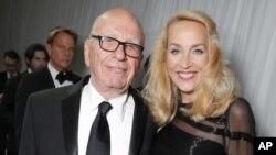 传媒巨头鲁珀特·默多克和前模特杰里·霍尔订婚。