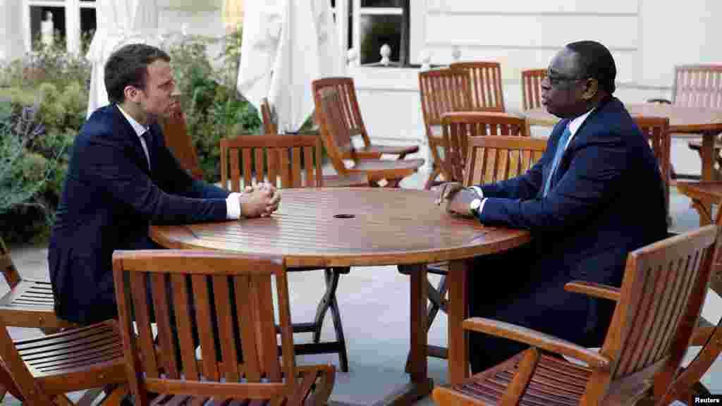 Le président français Emmanuel Macronet son homologue sénégalais Macky Sall à l'Élysée, à Paris, le 12 juin 2017.