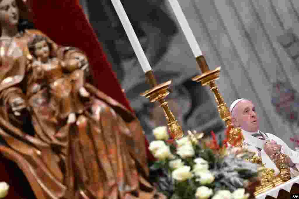 کرسمس کے موقع پر کیتھولک مسیحیوں کے روحانی پیشوا پاپ فرانسس سینٹ پیٹرز بسیلیکا، ویٹیکن میں ہونے والے دعائیہ تقریب میں شریک ہیں۔