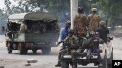 忠于瓦塔拉的士兵在阿比让出发去作战