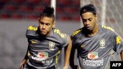 Neymar, à gauche, et Ronaldinho lors d'une séance d'entraînement de l'équipe nationale brésilienne à San Jose, Brésil, 4 octobre 2011.