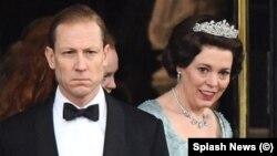 اولیویا کلمن و توبیاس منزیز در نقش ملکه الیزابت و هسمرش شاهزاده فیلیپ در فصل سوم سریال «تاج»