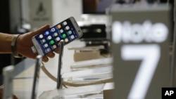 អតិថិជនម្នាក់កាន់ទូរស័ព្ទម៉ាក Galaxy Note 7 នៅទីស្នាក់ការកណ្តាលរបស់ក្រុមហ៊ុន KT នៅក្នុងក្រុងសេអ៊ូល ប្រទេសកូរ៉េខាងត្បូង កាលពីថ្ងៃទី២ ខែកញ្ញា ឆ្នាំ២០១៦។