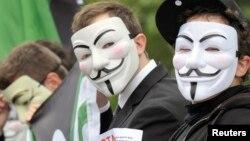 Manifestantes usan máscaras de Guy Fawkes para protestar a favor de la libertad de contenido en internet.