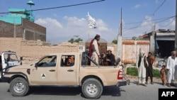 Militan Taliban mengendarai kendaraan Tentara Nasional Afghanistan (ANA) melalui jalan-jalan di Provinsi Laghman pada 15 Agustus 2021. (Foto: AFP)