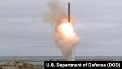 미국 국방부가 18일 캘리포니아주 산니콜라스섬에서 지상발사 순항미사일을 시험발사했다며 발사 장면을 찍은 사진을 공개했다.