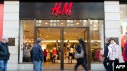ၿဗိတိန္ႏိုင္ငံ လန္ဒန္ၿမိဳ႕က လူစည္းကားတဲ့ေနရာမွာရွိေနတဲ့ H&M စတိုးဆိုင္တခု
