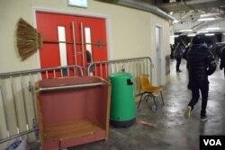 有學生堵塞大樓地庫通往停車場的出入口,阻止校委會成員離開。(美國之音湯惠芸攝)