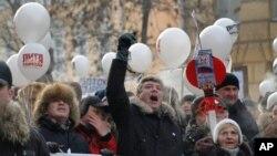 """러시아 모스크바에서 4일 블라디미르 푸틴 총리의 퇴진을 촉구하며 흰색 리본과 풍선을 든 채 """"푸틴없는 러시아""""와 """"자유선거를 위하여""""를 외치며 가두행진을 벌이는 반정부 시위대"""
