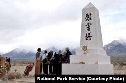 អស់រយៈពេល៤០ ឆ្នាំហើយ ដែលការដើរក្បួនដង្ហែប្រចាំឆ្នាំទៅឧទ្យាន ប្រវត្តិសាស្រ្ត Manzanar National Historic ត្រូវបានធ្វើឡើង។ ឧទ្យាននេះ ធ្លាប់ជាជំរំឃុំឃាំងមួយក្នុងចំណោមជំរំទាំង១០ ដែលពលរដ្ឋអាមេកាំងដែលមានដូនតាជាជនជាតិជប៉ុនត្រូវបានឃុំខ្លួនក្នុងអំឡុងពេលសង្គ្រាមលោកលើកទី២។