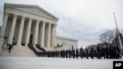 數千美國民眾來到最高法院前,向最高法院大法官安東寧·斯卡利亞的遺體告別。