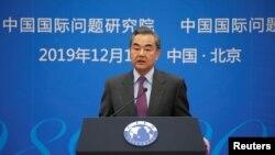 """Bộ trưởng Ngoại giao Trung Quốc Vương Nghị tại một cuộc họp hàng năm về tình hình quốc tế ở Bắc Kinh, Trung Quốc hôm 13/12/2019. Ông Vương vừa cảnh báo những người """"ly khai"""" khỏi Trung Quốc sau việc bà Thái Anh Văn tái đắc cử tổng thống Đài Loan."""