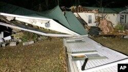 Casa móvil dañada en en el condado Wiston de Alabama, donde se registraron varios posibles tornados y tres víctimas mortales.