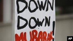 """Abaixo Mubarak"" lê-se no cartaz"