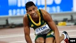 Le Sud-Africain Wayde Van Niekerk s'accroupit sur la piste après avoir remporté finale du 400m lors des Championnats du monde au Stade national, également connu sous le nom de Nid d'oiseau, à Pékin, Chine, 26 août 2015. epa/ FRANCK ROBICHON