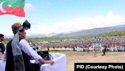 عمران خان وزیرستان کے اپنے دورے میں ایک اجتماع میں تقریر کر رہے ہیں۔ 24 اپریل 2019