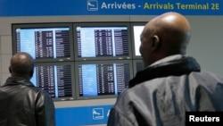 在法國戴高樂國際機場,有人觀看電子告示牌上關於從幾內亞飛來的法國航班的信息。