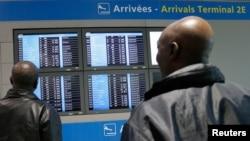 在法国戴高乐国际机场,有人观看电子告示牌上关于从几内亚飞来的法国航班的信息